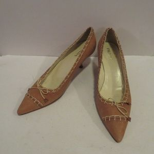 PRADA TAN LEATHER W/BEIGE STITCH WORK PUMPS 8